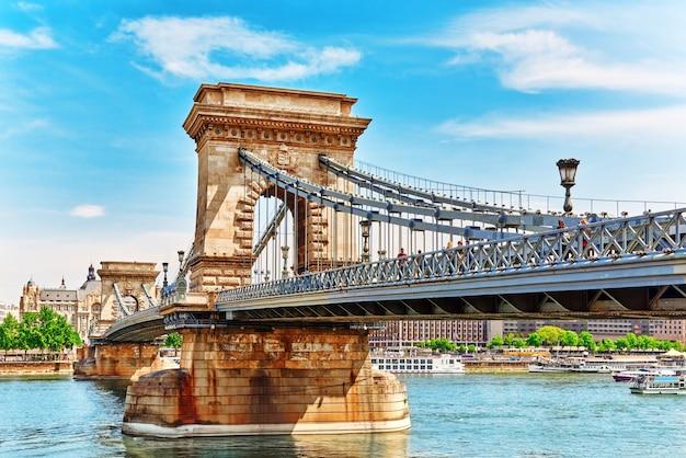 Будапешт, венгрия 04 мая 2016: цепной мост сечени в утреннее время. будапешт, венгрия.