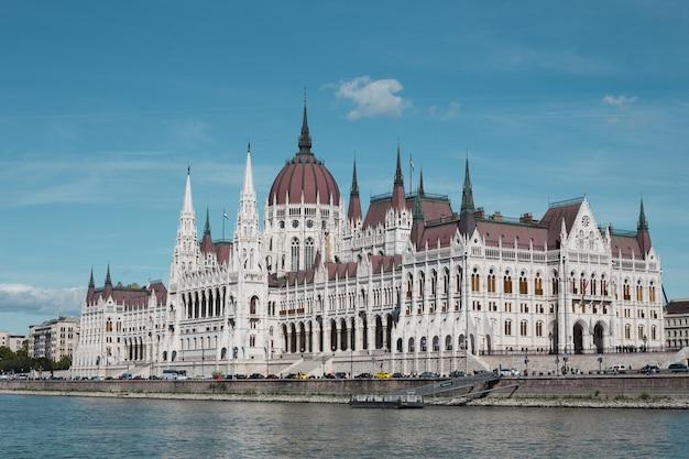 澄んだ青い空を背景にした午後のブダペスト国会議事堂