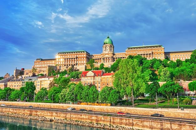 Королевский замок будапешта в утреннее время. венгрия.