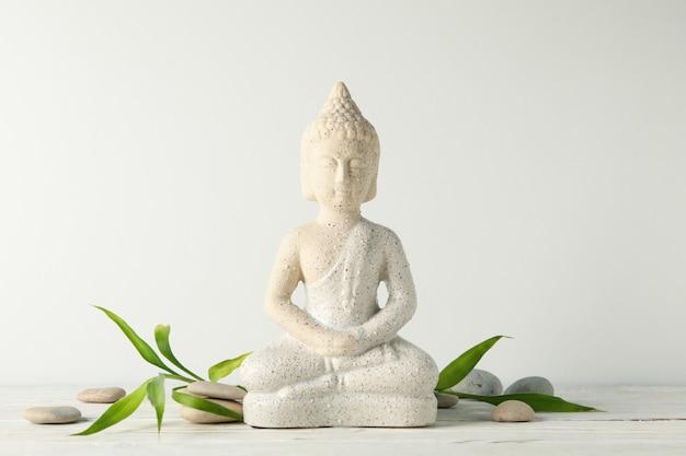 Будда и камни на деревянный стол. концепция дзен