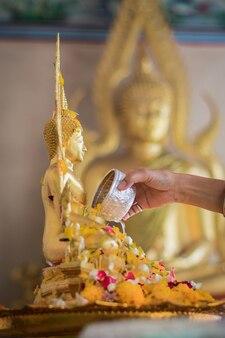 Buddha bathing songkran dayタイ