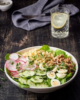 Чаша будды, сбалансированное питание, вегетарианское меню, чертова диета. темный деревянный стол