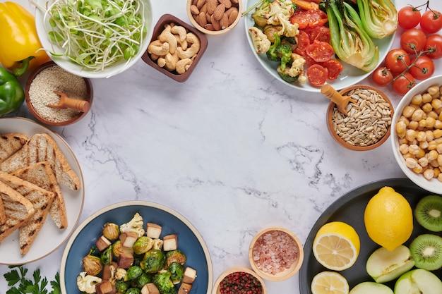 野菜と豆類のブッダボウル料理。上面図。