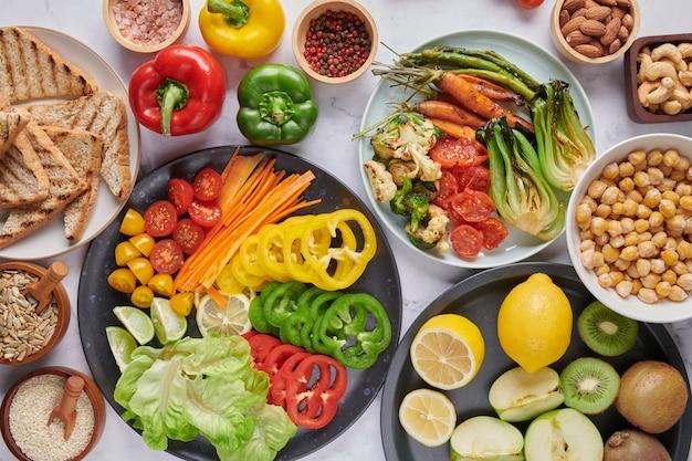 Блюдо чаши будды с овощами и бобовыми. вид сверху.