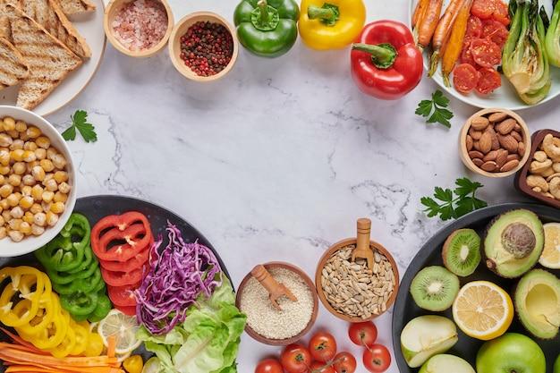 야채와 콩과 식물 부처님 그릇 요리. 평면도.