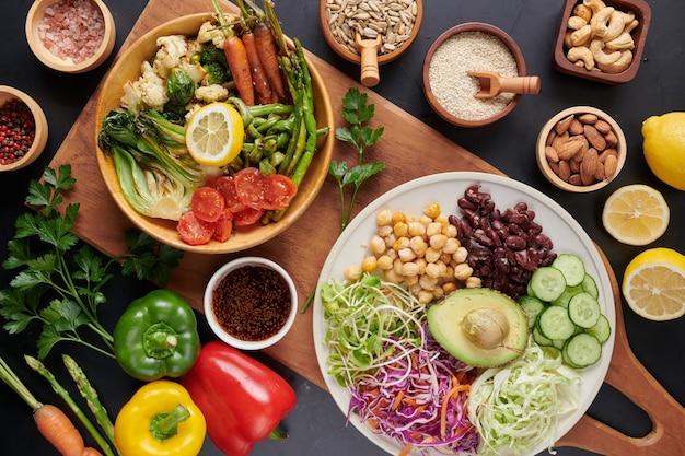 Piatto ciotola buddha con verdure e legumi. vista dall'alto.