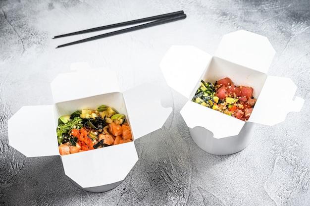 野菜、サーモン、マグロの入った紙箱の仏丼。屋台の食べ物を取りに行きます。