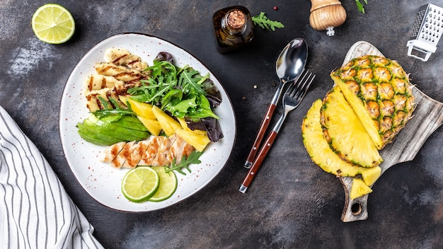 구운 닭 가슴살, 할루미, 파인애플, 아보카도, 그린 로켓 샐러드 라임을 곁들인 부처 사발 점심