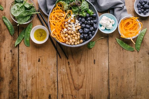 新鮮な野菜と仏のボウルサラダ