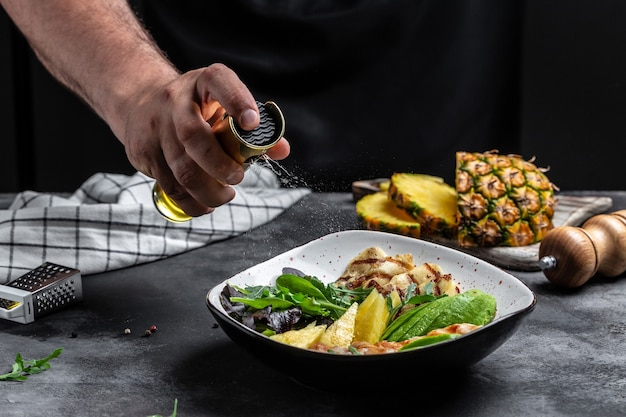 닭 가슴살 부처 그릇, 할루미, 아보카도, 그린 로켓 샐러드, 라임, 참깨
