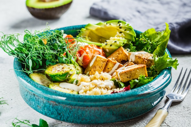キノア、豆腐、アボカド、サツマイモ、芽キャベツ、タヒニドレッシングの仏bowl