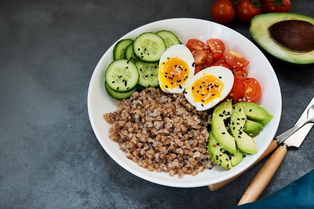 야채, 메밀 토마토, 아보카도가 포함된 부처 그릇, 건강 식품, 복사 공간
