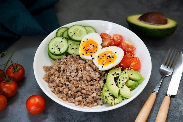 야채, 메밀 토마토, 아보카도가 포함된 부처 그릇, 건강에 좋은 음식, 선별적인 집중