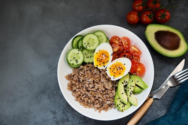 야채, 메밀 토마토, 아보카도가 있는 부처 그릇, 건강에 좋은 음식, 꼭대기 전망, 복사 공간