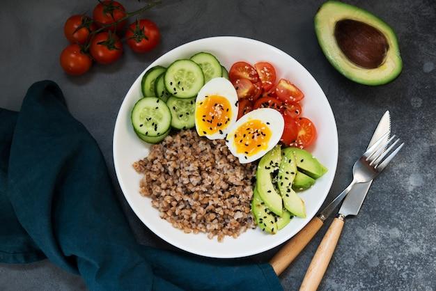 야채, 메밀 토마토, 아보카도를 곁들인 부처 그릇, 건강에 좋은 음식, 최고 전망