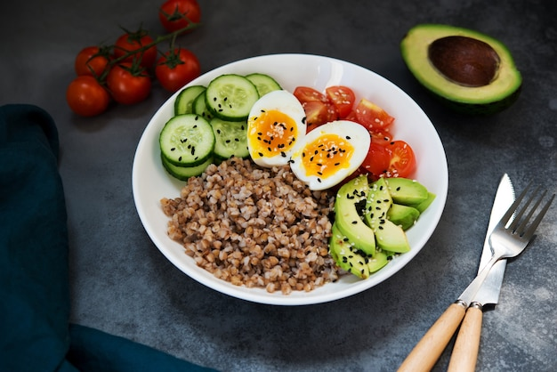 야채, 메밀 토마토, 아보카도를 곁들인 부처 그릇, 건강식