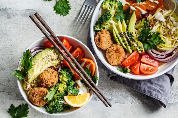 부처님 아보카도, 고구마, 빵 먹으면, 호박, 토마토, 브로콜리, 평면도와 샐러드 그릇.