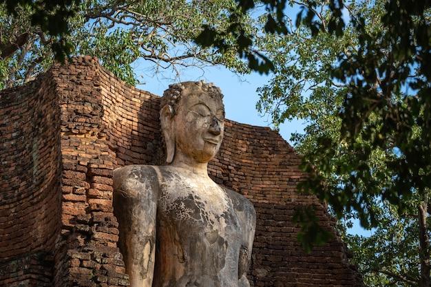 Изображение будды в ват пхра си лриябот в историческом парке кампхэнгпхет, провинция кампхэнгпхет