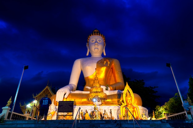 仏像、プラプフッドダイ(名前は仏陀が話すことができます)は、仏像の正面の寺院としても知られているチェンマイのドイクム寺院内に大きな形を収容しました