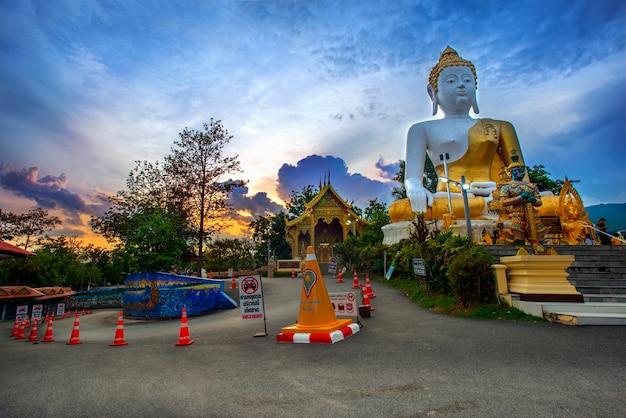 仏像、プラプフッドダイ(名前は仏陀が話すことができます)は、仏像の側面の寺院としても知られているチェンマイのドイクム寺院内に大きな形を収容しました