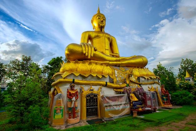 仏像のプラトゥーンジャイは、仏像の側面図としても知られるチェンマイのサンカンパン内に大きな形で収められています。