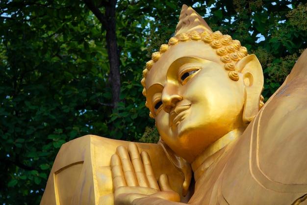 仏像、プラノルンランプーンの寺院、美しい笑顔の形としても知られています