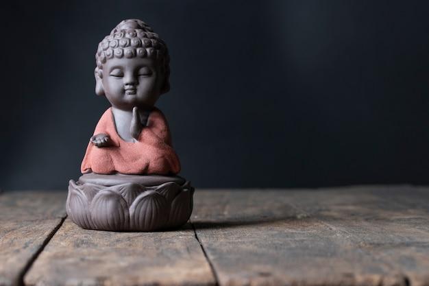 Образ будды сидеть на молитве благословение лотоса