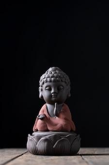 蓮の祝福の祈りの上に座る仏像