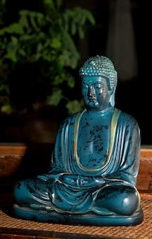 부처님 대리석 동상, 그는 깨달음 또는 신성으로 불교도에 의해 인정됩니다.