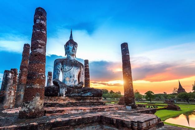 Статуя будды и храм ват махатхат на территории исторического парка сукхотай