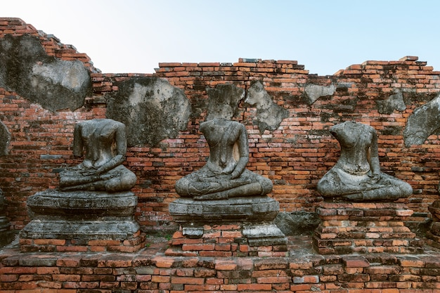 Статуя будды в историческом парке аюттхая, буддийском храме ват чайваттанарам в таиланде.
