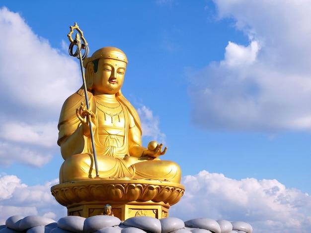 Статуя будды в храме хэдонг юнгунса в пусане Premium Фотографии