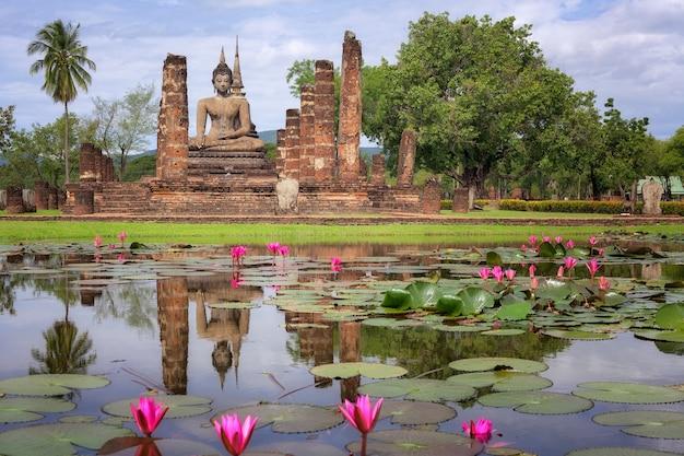 Статуя будды в ват махатхат в сукотаи