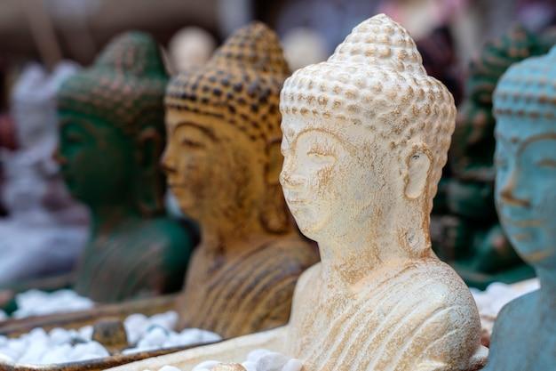 インドネシアのバリ島ウブドのストリートマーケットで販売されている仏像のフィギュアのお土産。手工芸品や土産物店の展示、クローズアップ