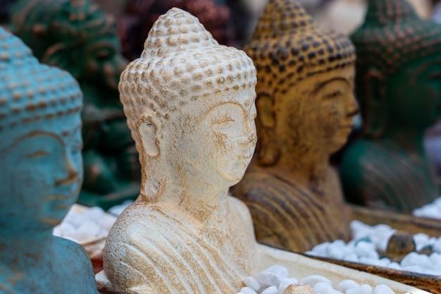 인도네시아 발리 우붓의 거리 시장에서 판매되는 부처상 조각상 기념품. 수공예품 및 기념품 가게 디스플레이, 클로즈업