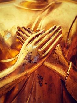 Руки статуи будды крупным планом