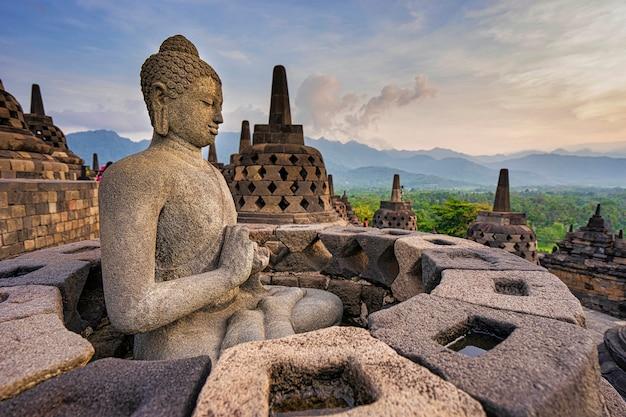 Статуя будды в боробудур, буддистский храм в джокьякарте, индонезия