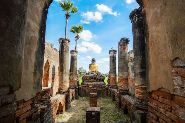 Статуя будды в старом храме в инве возле мандалая в мьянме