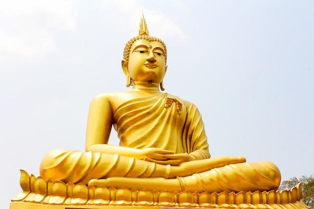 Статуя будды в тайском стиле