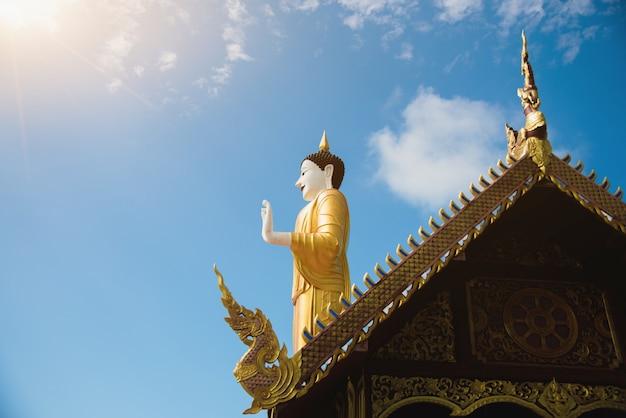 Статуя будды в храме, концепция вишакха буча и день маха буча
