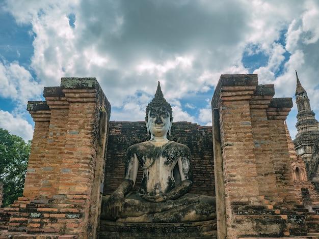 Статуя будды в районе храма ват махатхат в историческом парке сукхотай