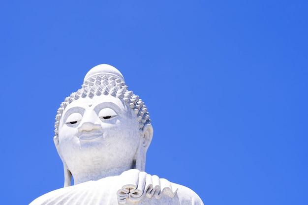 青い空の仏像