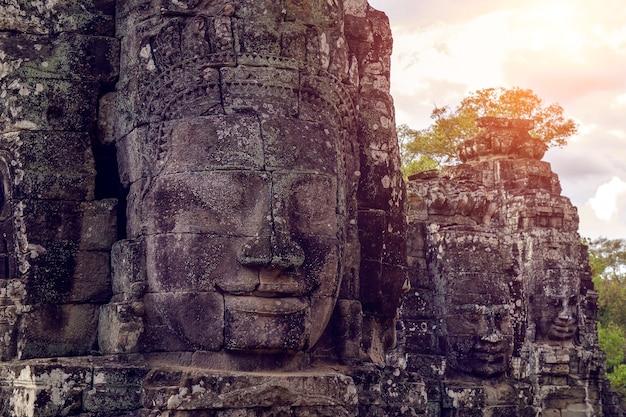 仏教徒はカンボジアのアンコールワットのバイヨン寺院に面しています。