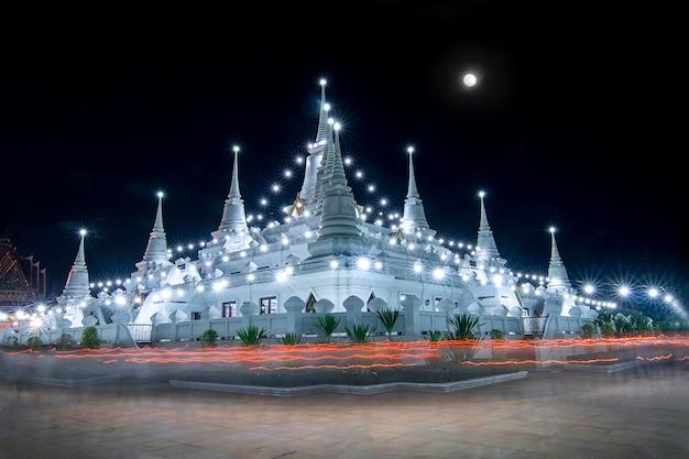 Буддисты из таиланда приходят помолиться в день магха пуджи в храме асокарам, провинция самутпракарн, таиланд