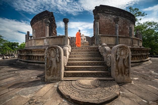 Polonnaruwa, 스리랑카에서 역사적인 polonnaruwa vatadage에서 불교 승려