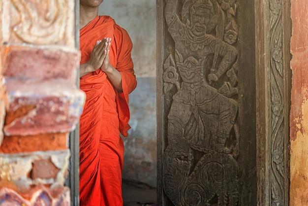 Буддийские руки монаха, медитация или молитва
