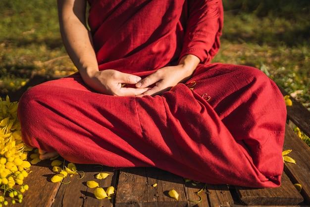 Буддийский монах медитирует на открытом воздухе.