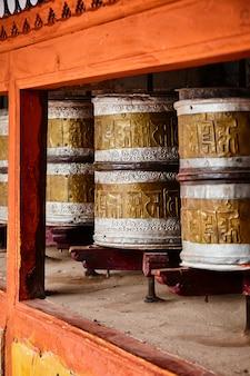ヘミスの怪物の仏教の祈りの輪。インド、ラダック