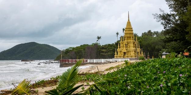 Буддийский храм на пляже, пагода лаем сор, кох самуи, провинция сурат тани, таиланд Premium Фотографии