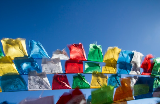 바람에 물결치는 불교 티베트 기도 깃발